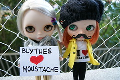 Elas também curtem bigode! (Julianahom) Tags: love chat doll heart redhead moustache blonde friendly blythe freckles boneca cappuccino takara platinum