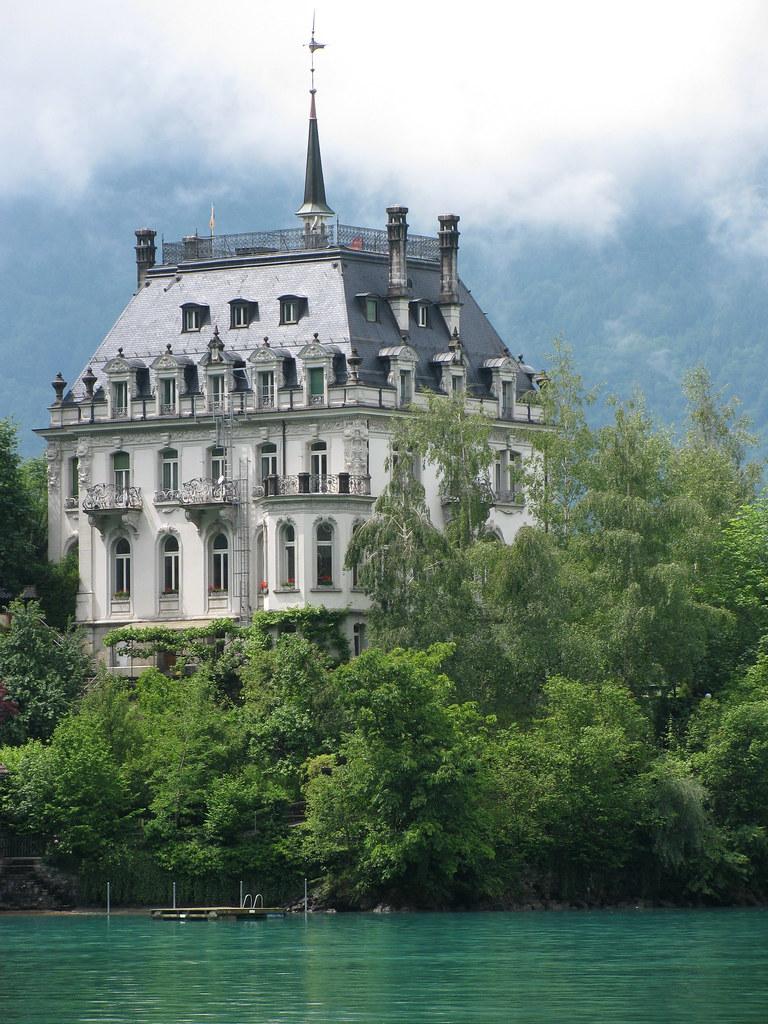 Schloss / Château / Castle Seeburg in Iseltwald am Brienzersee im Kanton Bern der Schweiz