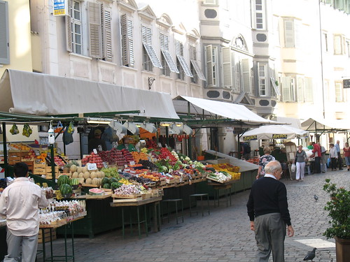Blick auf den malerischen Obstmarkt im Zentrum von Bozen