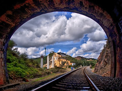el final del tunel (Isidr Cea) Tags: sky clouds train tren rail via cielo nubes tunel olympuse520 rjuliotr