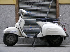 Vespa 160 blanca/160 White Vespa (Joe Lomas) Tags: madrid leica old espaa spain vespa scooter antigua piaggio vespa150 photostakenwithaleica leicaphoto