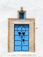 Azul sobre blanco 6  / Blue on white 6 (Fernando Coello Vicente) Tags: door blue white black blanco azul puerta rivets tunisia negro andalusian tnez andaluz remaches aldabas