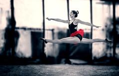 Unsichtbarer Schwebebalken (ellen-ow) Tags: frauen models weiblich women ballett tanzen spagat industriehalle colorkey ck schwarzweis blackandwhite porträt nikond5 ellenow gelenkig sprung