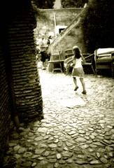 corro via (freesias) Tags: girl monocromo bambina savona carrugio viaggioecure viecheportanoallessenza