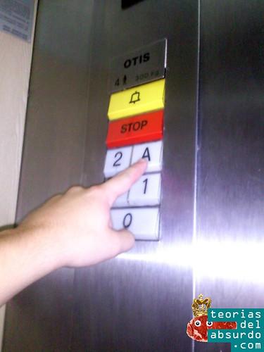 ascensor con los botones muy grandes y de colores
