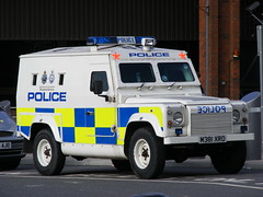 Police: Land Rover M381XRO Bedfordshire & Hertfordshire Police (emdjt42) Tags: photo bedfordshire police photograph landrover digitalimage lutonairport protectiveservices m381xro