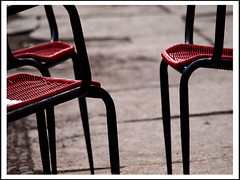 chair's talk (sulamith.sallmann) Tags: red 3 berlin rot germany rouge deutschland three chair chairs furniture interior capital hauptstadt trio mbel orte mitte deu stuhl sthle drei einrichtung mobiliar sulamithsallmann einrichtungsgegenstand fu0 einrichtungsgegenstnde