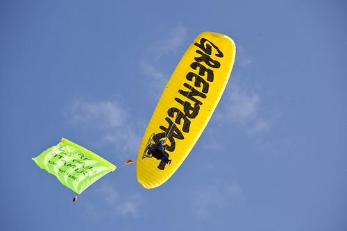 Attivista in volo con paramotore