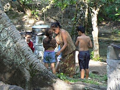 famille au bord de l'eau.jpg