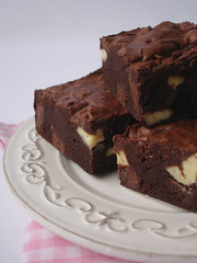 Triple choc brownies / Brownies triplos (Patricia Scarpin) Tags: dessert baking bars sweet chocolate cocoa brownies whitechocolate milkchocolate darkchocolate donnahay