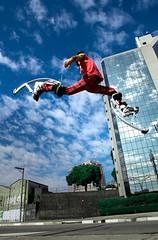 wallace kyoskys (Ana Luz) Tags: street city blue red cidade sky sport azul fun fly flying jump jumping action extreme move céu vermelho diversão salto movimento rua pulo jumpers esporte stilts stiltwalker analuz voar voo pernadepau stiltwalking skyjumper bigjump memorialdaaméricalatina skyrunner kyosks