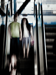 090605_2886 (starkfried) Tags: travel reisen travellers escalator bahnhof treppe railwaystation rolltreppe movingstaircase reisende