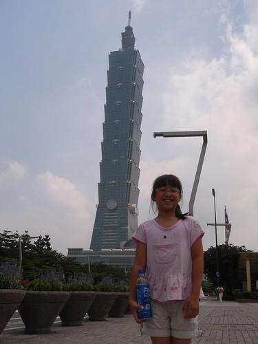 你拍攝的 1娃娃與台北101。