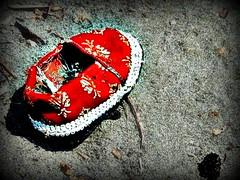 Iran maggio 2009 (anton.it) Tags: trip iran digitale persia rosso viaggio scarpe sabbia bambino canong10 flickraward antonit pantofolina