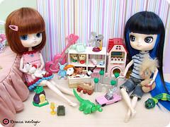 adoramos brincar juntas... (* Rezinha *) Tags: london toy toys tokyo miniature bedroom doll brinquedo dal mini coco quarto boneca rement fashiondoll cenrio diorama miniatura dollhouse brincadeira quartodecriana vamosbrincar hanaayame
