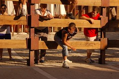 vienen? (Cazador de imgenes) Tags: madrid street plaza espaa d50 spain nikon fiesta streetphotography fiestas bull bulls nikond50 09 fotos toros streetphoto plazamayor bullfight espagne 2009 toro spanien spagna spanje chinchon spania chinchn torero  encierro spange bullrunning talanquera