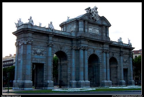 La solución es la Puerta de Alcalá, donde estaban los 4 bellos angelitos