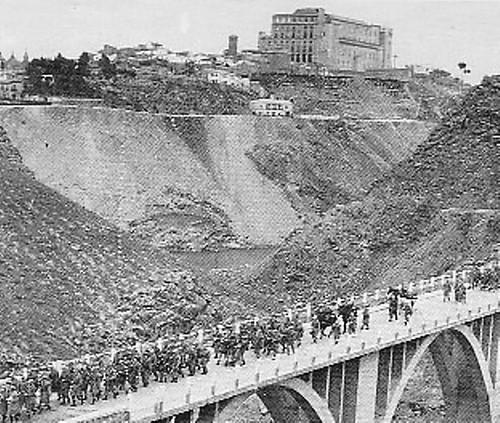Militares pasan por el Puente sobre el Arroyo de la Degollada hacia 1950 (derruido en 1973).