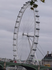 The London Eye from above the Westminster Bridge (ell brown) Tags: greatbritain england london unitedkingdom milleniumwheel riverthames lambeth westminsterbridge thelondoneye greaterlondon victoriatowergardens thevictoriatowergardens merlinentertainmentslondoneye