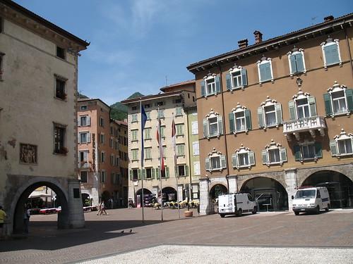 Der malerische Hauptplatz in Riva del Garda