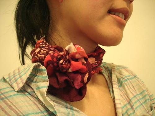 Lenço amarrado como flor