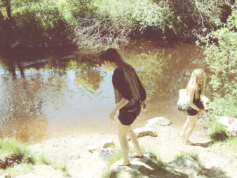 gick till ån och badade fötterna