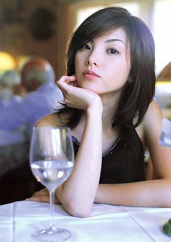 机の上に肘をついて手に顎を乗せてワイングラスを見つめる田中麗奈