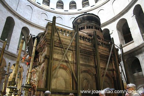 A construção que engloba o túmulo de Jesus na Basílica do Santo Sepulcro