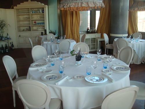 Detalle de mesa en el salón interior