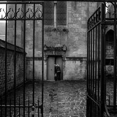Derrière la porte,... la porte (Olivier DESMET) Tags: candid lesgens noirblanc street monochrome bw blackandwhite nb olivierdesmet streetphoto photosderue ricohgr ricoh gr 28mm