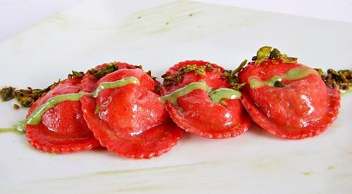 Ravioli alla fragola con ripieno di burrata fave al pesto leggero di pecorino e fave croccanti