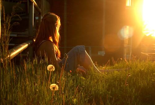 フリー画像| 人物写真| 女性ポートレイト| 草原の風景| 夕日/夕焼け/夕暮れ|       フリー素材|