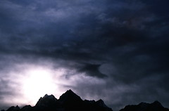 19890300 Nepal Sagarmatha National Park Berge Gegenlicht (2) (j.ardin) Tags: nepal light sun mountains silhouette clouds landscape licht nationalpark scenery wolken paisaje berge solo paysage khumbu landschaft sonne sagarmatha sagarmathanationalpark