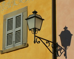 L'Europe pittoresque (Jolivillage) Tags: houses windows italy lanterne jaune europe italia day shadows village lumire maisons fenster villages picturesque fentre italie umbria ombres pittoresque ombrie digitalcameraclub jolivillage leuropepittoresque