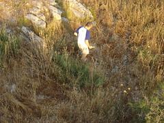 ¡No, no  el marido de mi amiga no esta perdido! Él busca saltamontes para los pollitos (andaluza catalana) Tags: atardecer persona amiga pasto bosque árbol catalunya montaña lleida piedra marido lerida almenara lurgell colordorado saltamonta