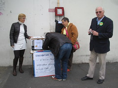 Mireille le Mero et Pierre Mandit devant le magasin ED