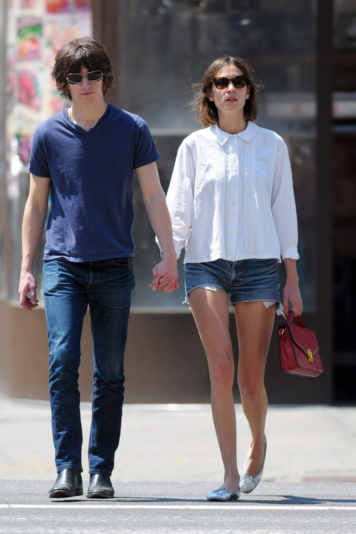 06201_Preppie_Alexa_Chung_out_with_her_boyfriend_in_NYC_5_122_527lo