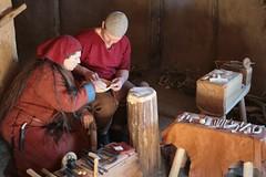 Raphi und Christoph im Haus des Kammmachers in Haithabu - Museumsfreifläche Wikinger Museum Haithabu WHH 13-09-2009