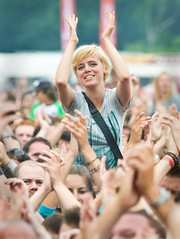Parkpop 2009 - The girl in the crowd (Haags Uitburo) Tags: park people musician music holland netherlands girl dutch smiling festival geotagged photography la concert hands artist open photos outdoor live stage air crowd den nederland festivals atmosphere denhaag pop hague podium concerts musik haag konzert paysbas nederlands 2009 thehague haye laia meisje olanda openlucht haya the haagse vrolijk optreden sfeer popfestival zuiderpark joyfull publiek impressie sfeerbeelden parkpop artiest concerten haags haia a muziekfestival fotos zomerfestival uitburo popmuziek uitbureau haagsuitburo thehaguefestivals beeldenaarsnet lastfm:event=931494 concertfotos geo:lat=52058761 geo:lon=4283004