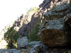 Sur la trace cairnée de Tana di l'Orsu : la première vire peu après le couvent de Santa Maria