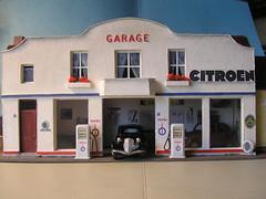 Garage Citroen (gueguette80 ... Définitivement non voyant) Tags: façades garage citroen carton autos echelle 143 garages reduction maquettes modelisme diecastmodels modèlesréduits modelesreduits