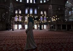 La guardiana de la paz (Leonorgb) Tags: alfombra canon mujer lampara turquia estambul musulmana mezquitaazul
