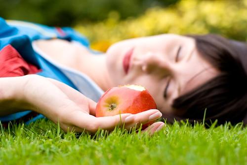 フリー画像| 人物写真| コスプレ| 白雪姫| 林檎/リンゴ|       フリー素材|