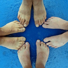 Noi quattro (Franco Coluzzi) Tags: blue friends feet four fire us friendship blu 4 os we amici amicizia piedi noi quattro fdder bl abigfave