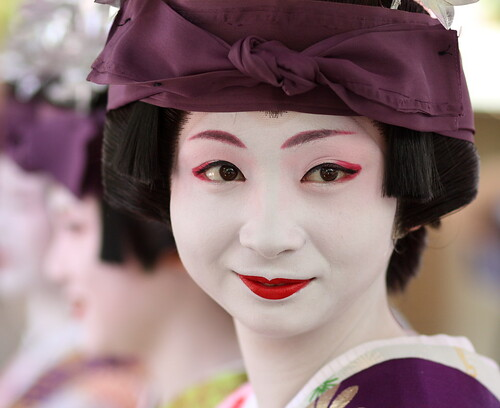 purple / portrait / face / japanese / beauty : maiko (geisha apprentice) kotomi kyoto, japan / canon EF 85mm f1.8 by momoyama