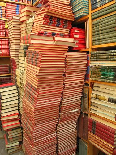 Viejas enciclopedias de a montón.