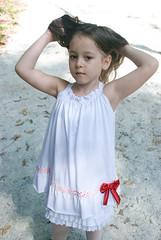 Areia branquinha (Biodisk) Tags: brinquedo brincar garota sorriso criana boneca menina floresta rvore rvores brincadeira mangue chapeuzinho garotinha menininha inocncia