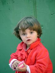 paparazzi (telmah.hamlet) Tags: cute children bigeyes eyes flickr gorgeous daughter elena preciosa paparazzi guapa ojazos bisho eena whatafuck purpouse pequetrefe telmah