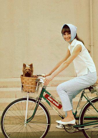 Audrey Hepburn é muito chique, elegante, e pedala