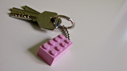 Fotografía de las llaves de la casita con llavero de LEGO rosa incorporado
